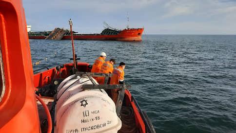 Танкеру понадобился десант спасателей  / Три члена экипажа судна после взрыва пропали без вести