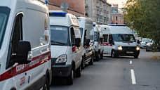 Очередь автомобилей скорой помощи у приемного отделения Городской Покровской больницы в Санкт-Петербурге