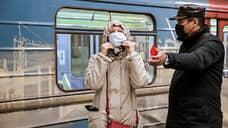 Рейд по соблюдению масочного режима в метро Новосибирска. Пассажиров, согласившихся надеть маску, отпускают после разъяснительной беседы