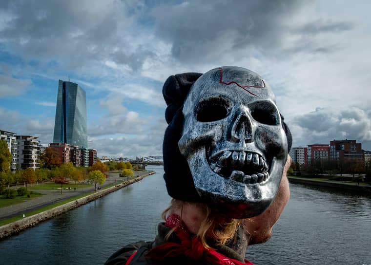 Франкфурт-на-Майне, Германия. Мужчина в сдвинутой маске на мосту