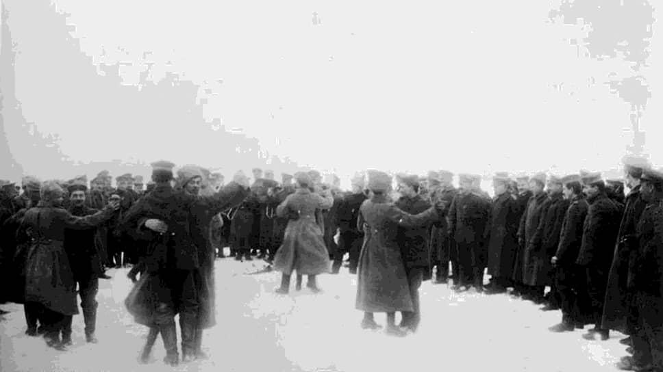 «В России полная анархия, если не случится чуда, Россия фактически вышла из войны» (на фото — братание немецких и русских солдат, перешедшее в танцы)