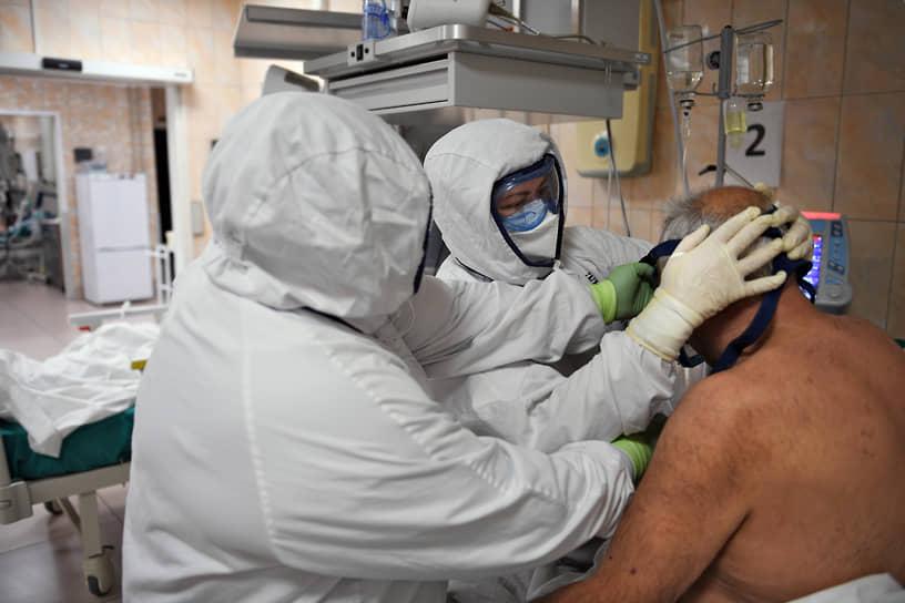 Медработники в отделении реанимации и интенсивной терапии