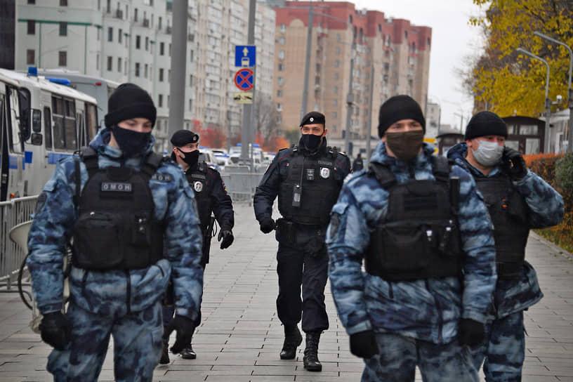 Сотрудники полиции у посольства Франции в Москве