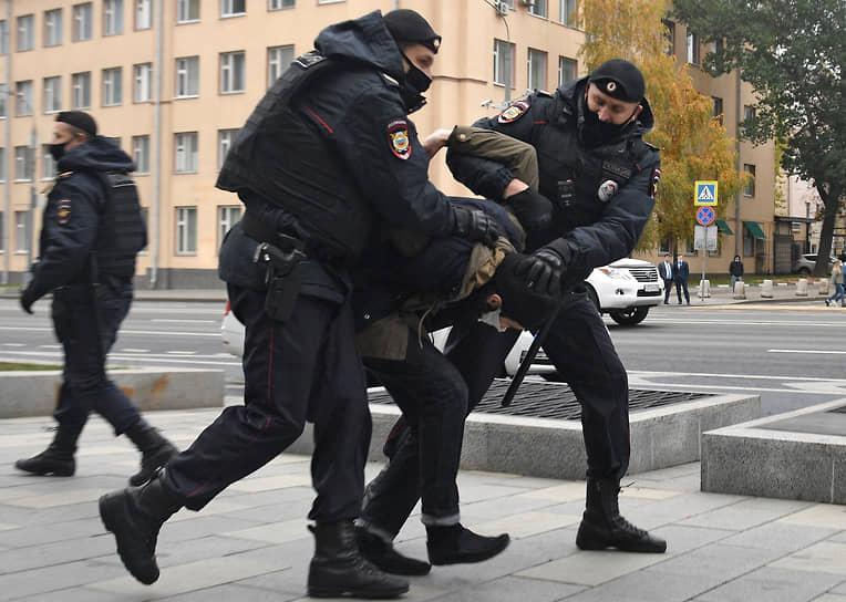 Задержания во время акции протеста у посольства Франции в Москве