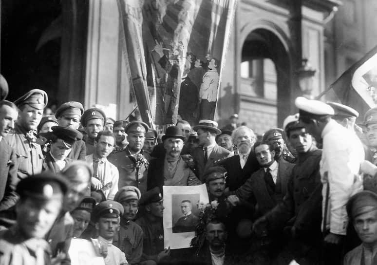 «Назначение Керенского (на фото — патриотическая манифестация, участник которой держит его портрет) председателем Совета Министров всеми приветствуется»