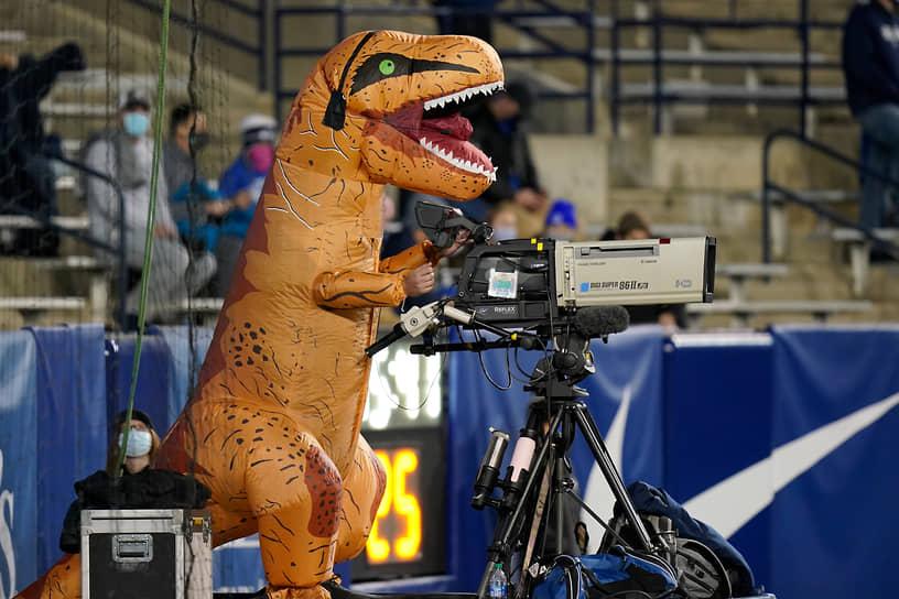 Штат Юта, США. Видеооператор во время футбольного матча местных подростковых команд