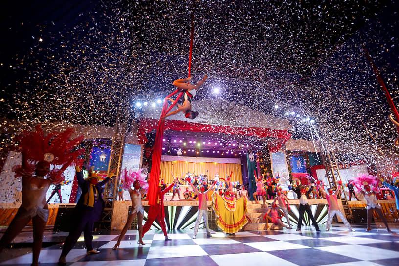 Кали, Колумбия. Танцевальная труппа Delirio во время шоу «Заклинание»
