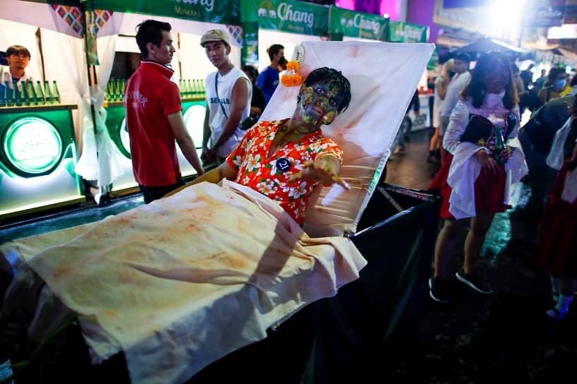 Бангкок, Таиланд. Празднование Хэллоуина на популярной у туристов улице Каосан роад