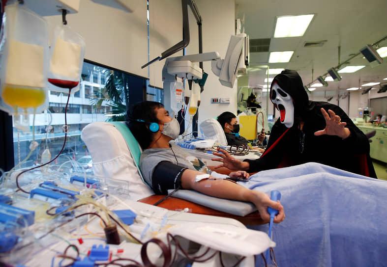 Бангкок, Таиланд. Переодетые сотрудники Национального центра крови проводят акцию «Кровавая кампания Хэллоуина», призывающую сдавать донорскую кровь