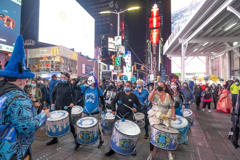 Нью-Йорк, США. Барабанщики на Таймс-сквер во время празднования Хэллоуина