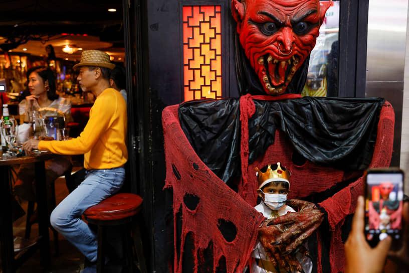 Гонконг, Китай. Ребенок в ночном клубе на праздновании Хэллоуина