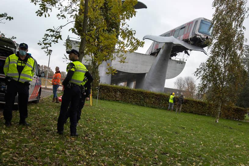 Спейкениссе, Нидерланды. Скульптура в форме кита,  спасшая поезд метро от падения