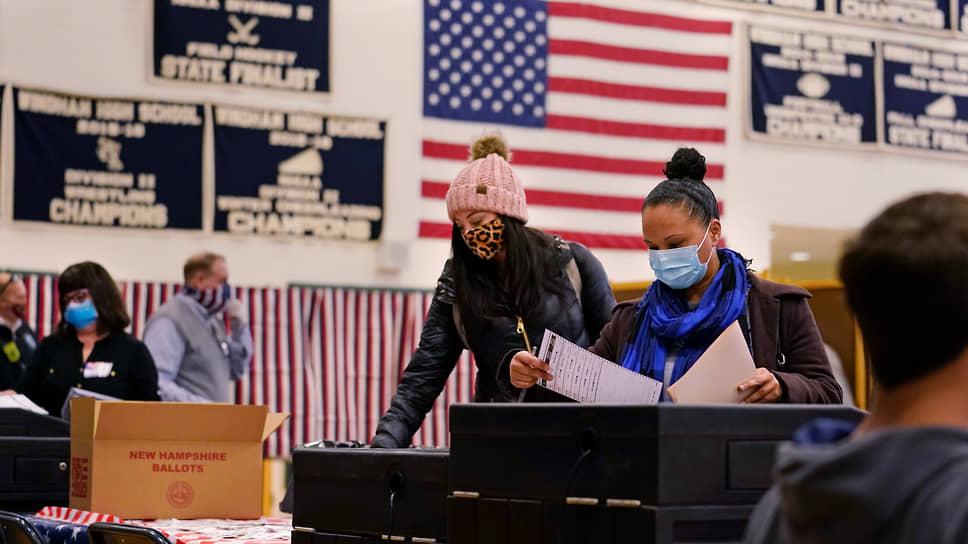Женщины голосуют на избирательном участке в Виндхэме (Нью-Гемпшир)
