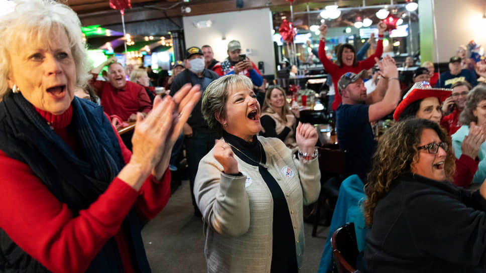 Сторонники Дональда Трампа приветствуют предварительные результаты выборов в Шелби Тауншип (Мичиган)
