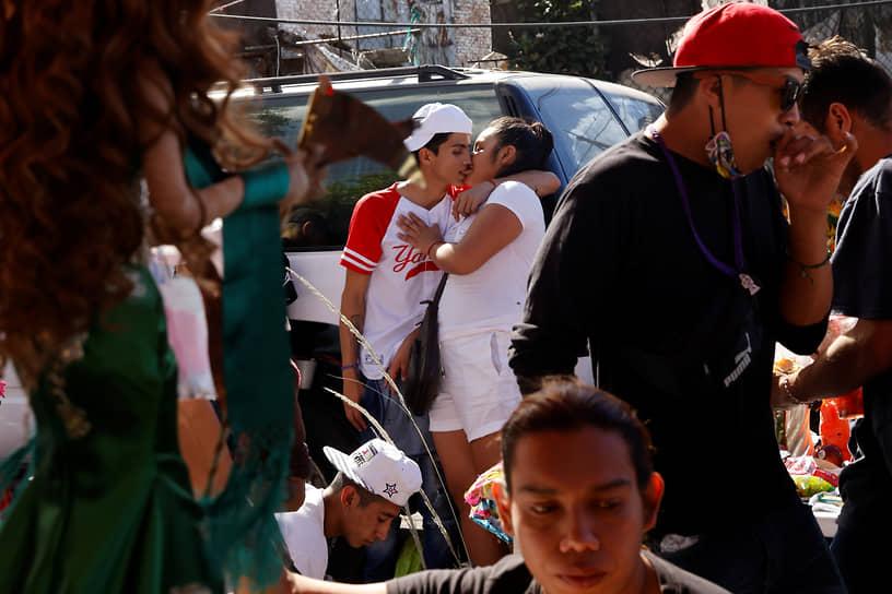 Мехико, Мексика. Люди во время празднования Дня мертвых