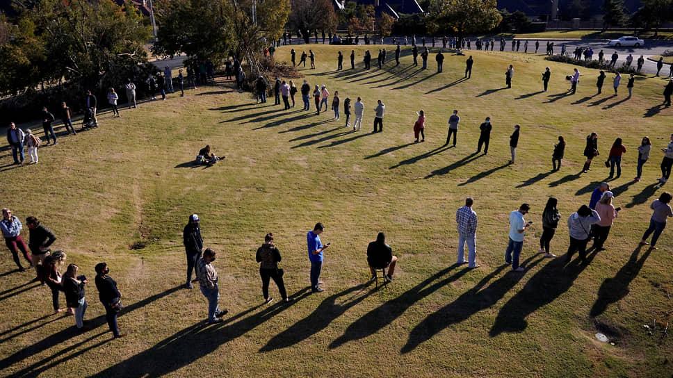 Желающие проголосовать выстроились в длинную очередь в Оклахома-Сити (Оклахома)