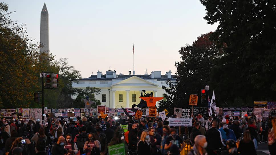 Люди, собравшиеся у Белого дома