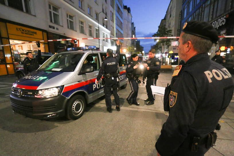 Первая информация о стрельбе около синагоги в районе Зайтенштеттенгассе появилась около 20:00 (22:00 мск)