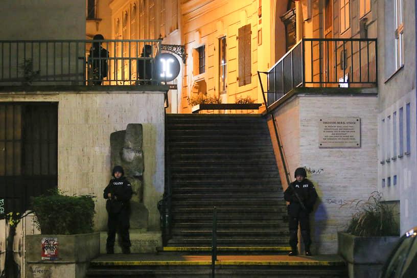 К полицейским подразделениям присоединилась армия, которая взяла под охрану важные объекты в Вене