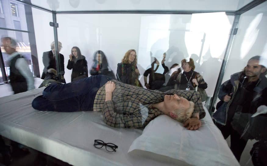 В 2013 году Тильда приняла участие в перформансе The Maybe в Нью-Йоркском музее современного искусства. Актриса спала в стеклянном ящике по восемь часов в день. «Живой актер, стекло, сталь, матрац, подушка, полотняное белье, вода и очки»,— было написано на табличке возле инсталляции с Тильдой