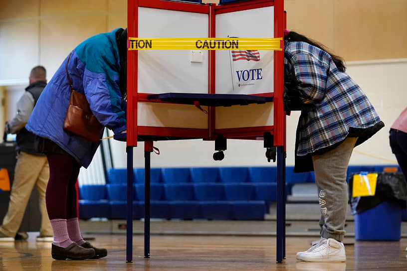Портленд, Мэн. Предупреждающая лента для соблюдения дистанции между избирателями на участке