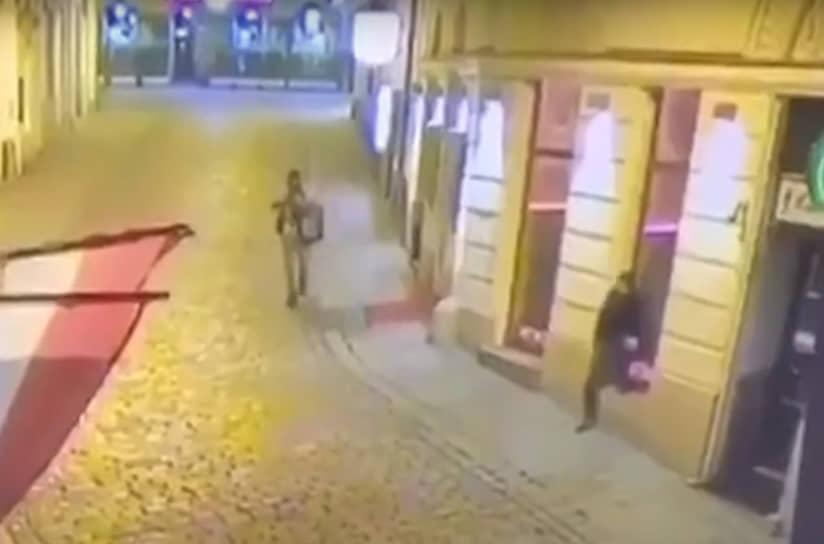 По данным СМИ, один нападавший покончил с собой, у него сработало взрывное устройство