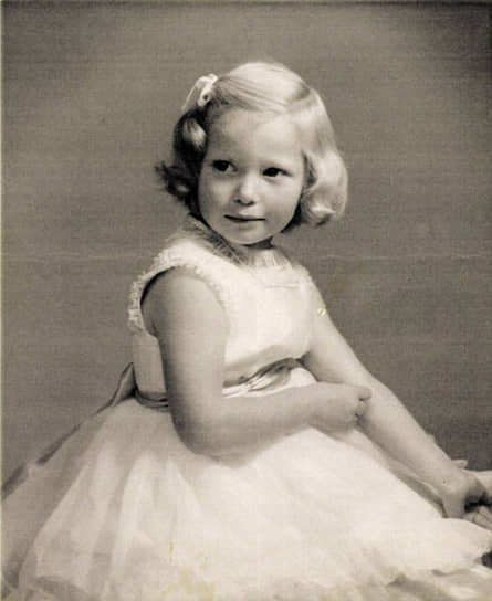 Кэтрин Матильда (Тильда) Суинтон родилась 5 ноября 1960 года в Лондоне в аристократической шотландской семье. В юности увлекалась театром, пела в хоре. После окончания колледжа уехала в Африку, где два года преподавала в школах Кении и ЮАР