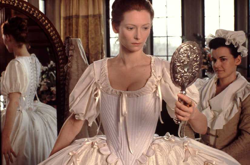 Дебют Тильды Суинтон в кино состоялся в 1986 году, она сыграла натурщицу итальянского художника Караваджо в одноименной ленте режиссера-авангардиста Дерека Джармена. Наиболее известным ее фильмом того времени стал «Орландо» (на фото) по роману Вирджинии Вулф. Главный герой, сыгранный актрисой, часть фильма предстает в образе мужчины, а вторую часть проживает как женщина