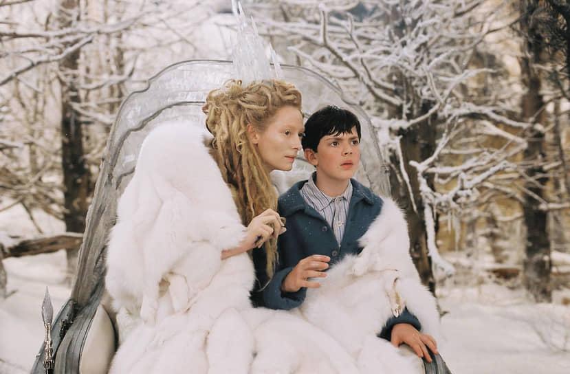 В 2005 году Суинтон сыграла в крупном голливудском проекте «Хроники Нарнии: Лев, колдунья и волшебный шкаф» производства студии The Walt Disney Company. В этой картине она появилась в облике злой колдуньи, погрузившей волшебную страну Нарнию в вечную зиму