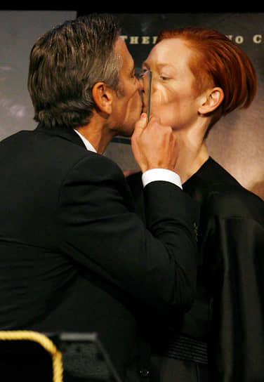 В 2007 году вышла криминальная драма «Майкл Клейтон», в которой Суинтон сыграла предпринимательницу, совершившую преступление. Роль второго плана принесла ей премии «Оскар» и BAFTA<br> На фото: Суинтон с патнером по фильму Джорджем Клуни