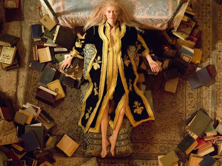 В том же 2013 году Суинтон сыграла главную роль в фэнтезийной драме Джима Джармуша «Выживут только любовники» (на фото)