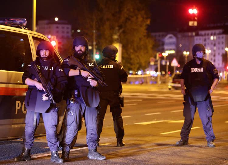 По данным полиции, стрельбу вели несколько человек в шести разных местах города
