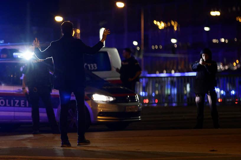 Практически сразу туда прибыли полицейские, один из них был серьезно ранен