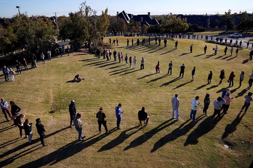 Оклахома-Сити, Оклахома. Избиратели выстроились в очередь на участок, расположенный в церкви