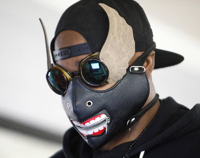 Дарем, Северная Каролина. Избиратель в маске и очках голосует на выборах впервые