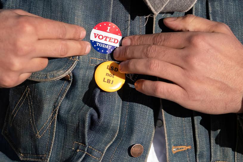 Марфа, Техас. Избиратель наклеивает на куртку стикер с надписью «Я проголосовал сегодня»
