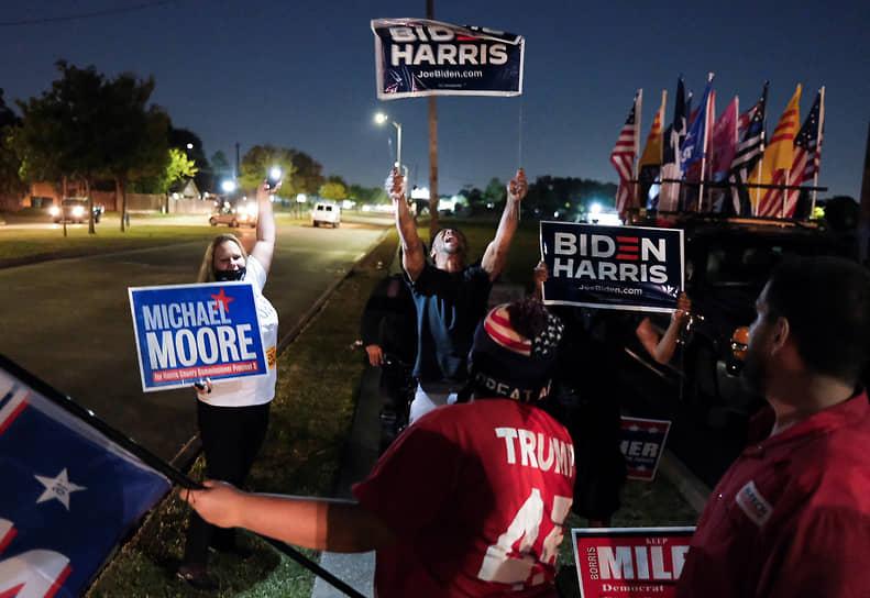 Хьюстон, Техас. Сторонники Дональда Трампа и Джо Байдена рядом с избирательным участком