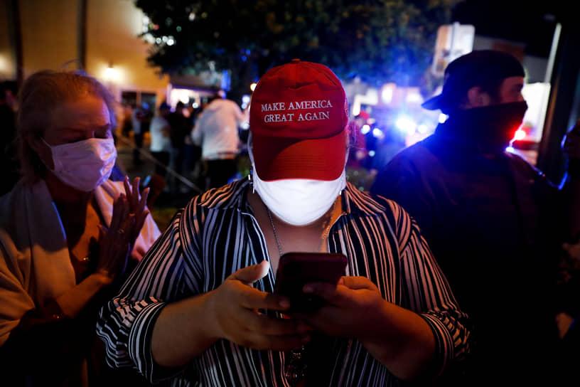 Майами, Флорида. Сторонник Дональда Трампа в кепке с надписью «Сделаем Америку великой снова»