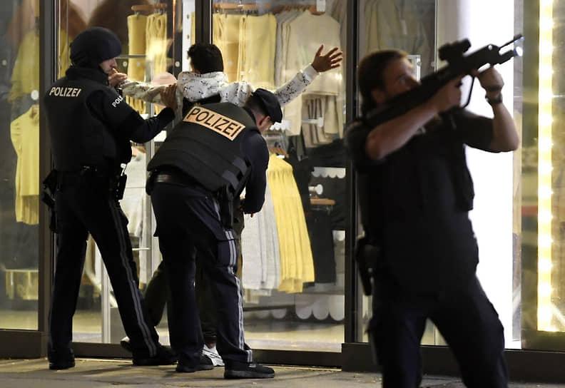 Одного нападавшего застрелила полиция, поиски остальных продолжаются, военные взяли под охрану ряд объектов в Вене