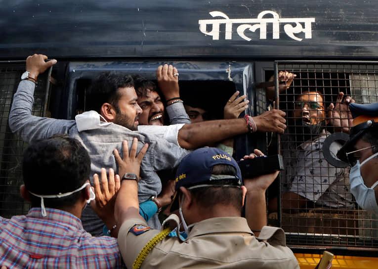 Мумбаи, Индия. Полиция задерживает протестующих