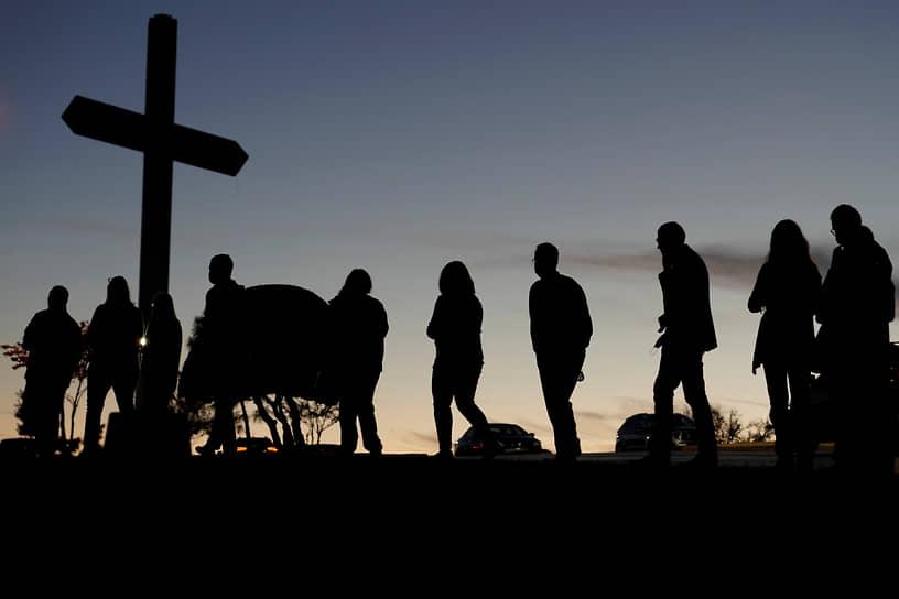 Эдмонд, США. Избиратели стоят в очереди, чтобы проголосовать на выборах президента страны