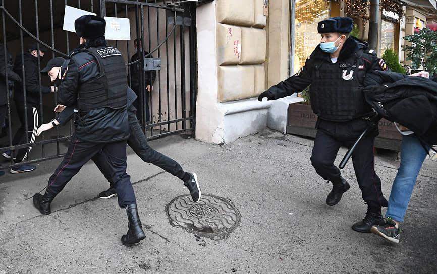 Москва, Россия. Полицейские во время задержания участников несанкционированного «Русского марша»