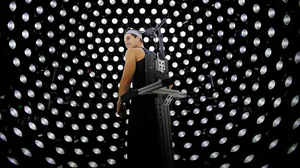 Актер Робби Амелл, играющий  роль Огненного Шторма  в фильме «Флэш», готовится к сканированию лица для создания цифрового двойника