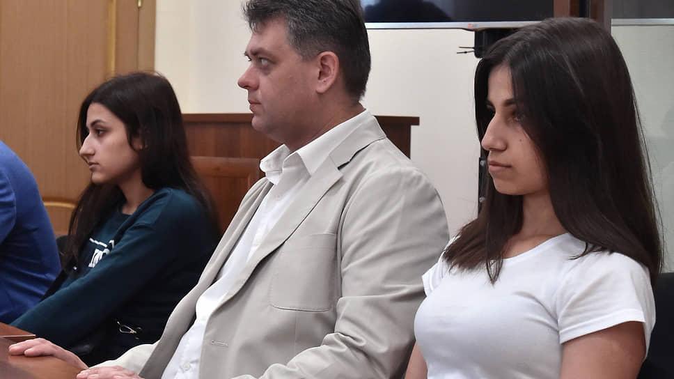 Обвиняемые Ангелина (справа) и Крестина Хачатурян
