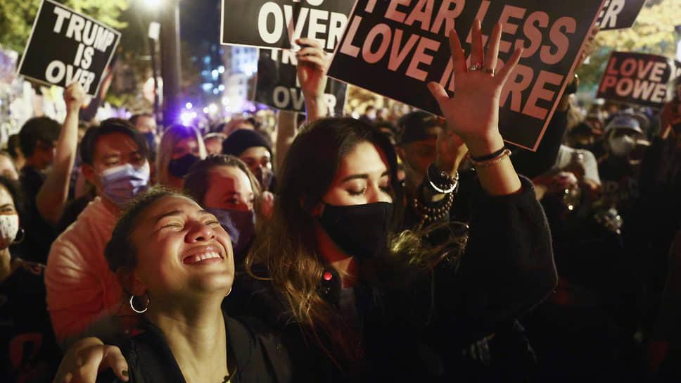 Сторонники Джо Байдена празднуют победу после заявления СМИТ о победе их кандидата