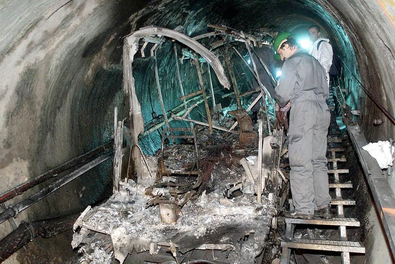 Обгоревший туннель и то, что осталось от фуникулера, оставались в течение 10 лет почти в нетронутом виде
