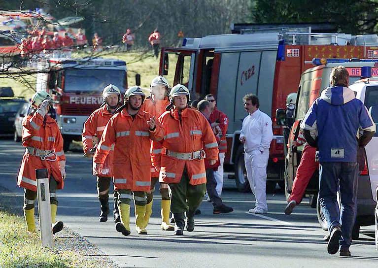В этих условиях 12 человек, среди которых был бывший пожарный, разбили стекло лыжной палкой и стали спускаться вниз по туннелю. В итоге только они смогли выжить