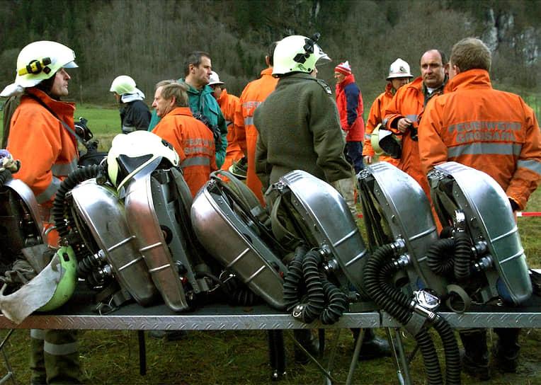 В результате переполненный состав со 161 человеком, поднимавшийся в гору, загорелся за несколько секунд до его входа в туннель