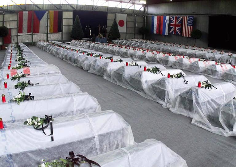 Гробы 155 жертв пожара на фуникулере для подъема на гору Китцштайнхорн. Флаги указывают на национальности погибших — 92 австрийца, 37 немцев, 10 японцев, 8 американцев, 4 словенца, 2 голландца, 1 британец и 1 чех