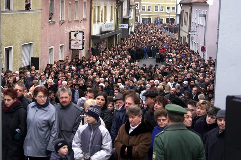 Панихида по погибшим в Капруне 19 ноября 2000 года